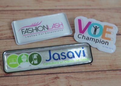 Gafetes o botones de identificación resinados en alto relieve para la identificacion de personal